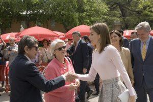 S.M. la Reina con Teodoro Sacristán, director de la Feria del Libro de Madrid, y Reyes Díaz-Iglesias, presidenta de la Feria @JorgeAparicio