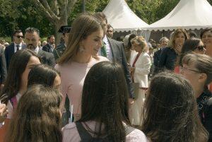 Doña Letizia con un grupo de niñas @Jorge Aparicio